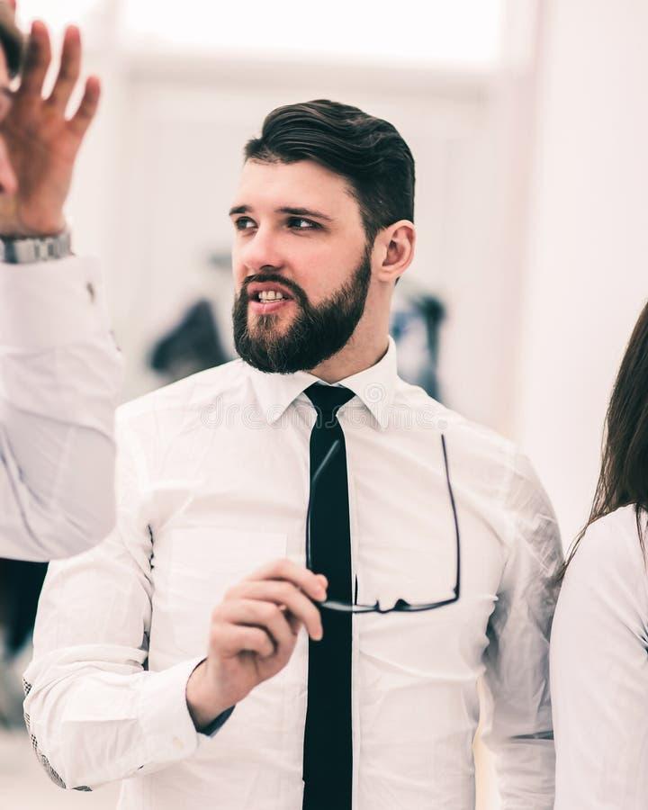 Portrait d'homme d'affaires r?ussi avec des verres ? disposition dans le lieu de travail dans le bureau images stock