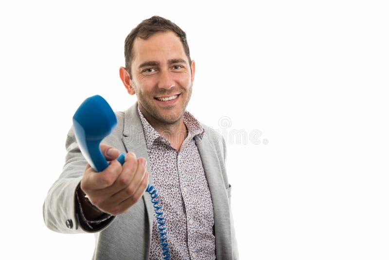 Portrait d'homme d'affaires remettant au téléphone bleu de récepteur image stock