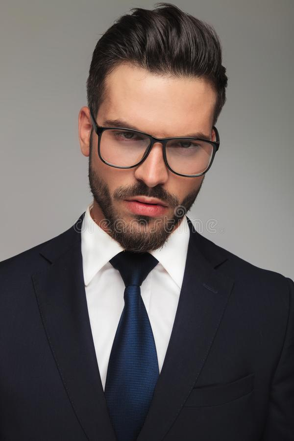 Portrait d'homme d'affaires sérieux avec la pensée en verre photo stock