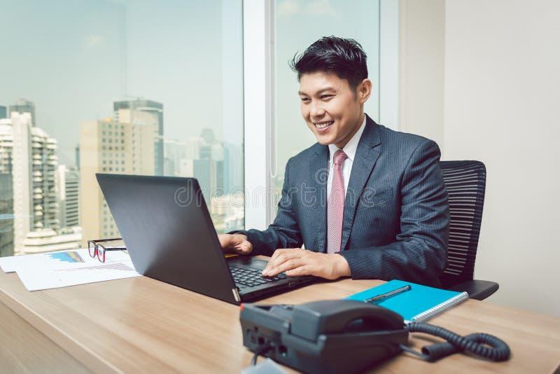 Portrait d'homme d'affaires travaillant dans le bureau photographie stock libre de droits