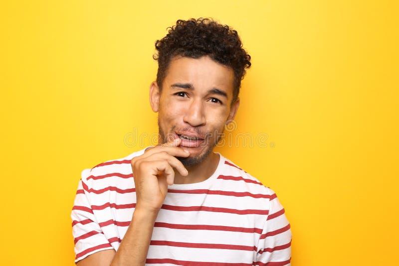 Portrait d'homme afro-am?ricain ?motif sur le fond de couleur photographie stock