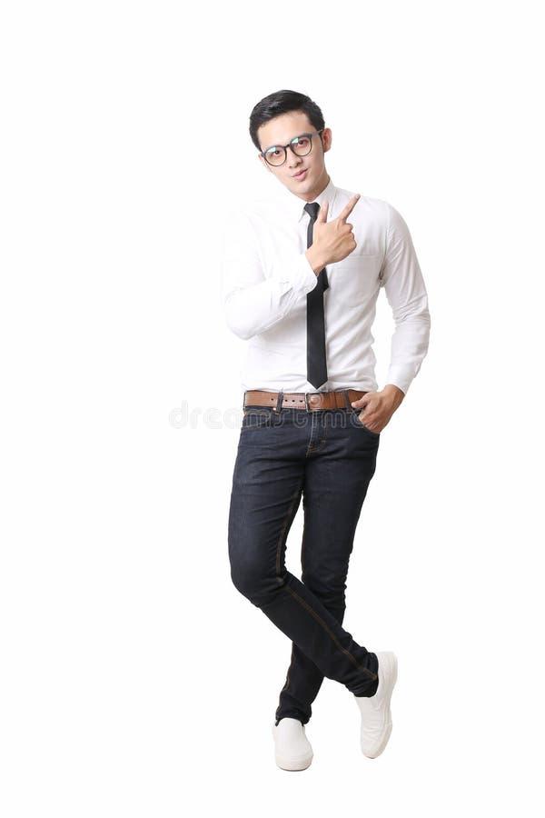 Portrait d'homme asiatique à l'arrière-plan d'isolement avec le signe de geste photographie stock