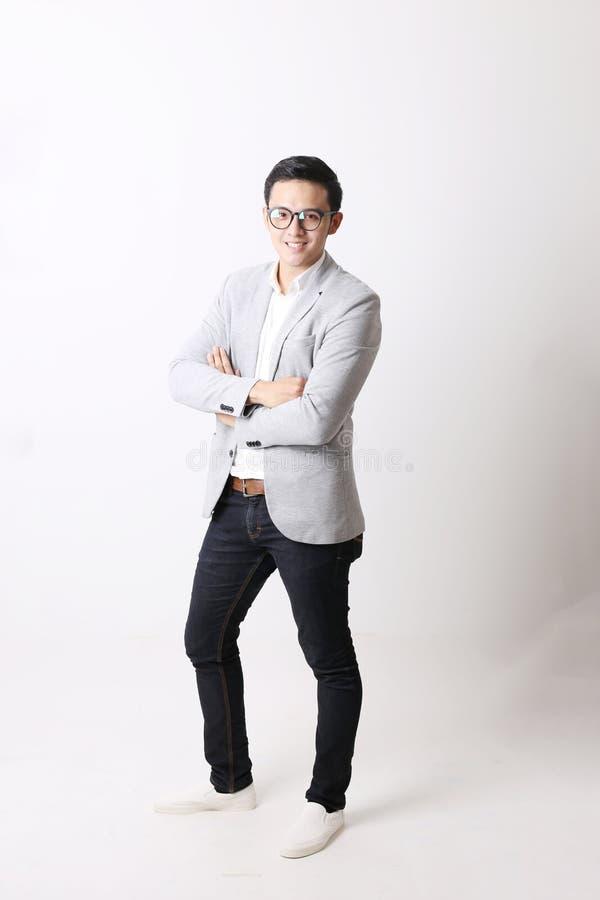 Portrait d'homme asiatique à l'arrière-plan d'isolement avec le signe de geste photographie stock libre de droits