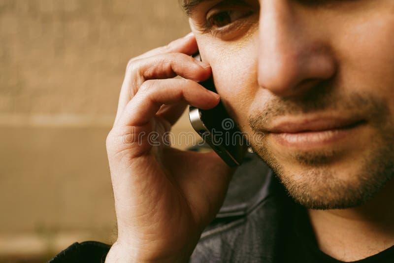 Portrait d'homme attirant faisant l'appel à son téléphone portable image libre de droits