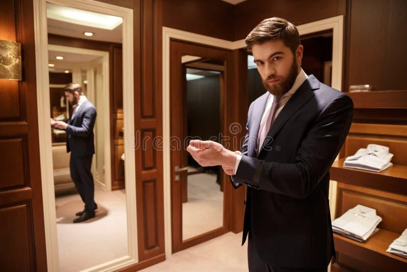 Portrait d'homme barbu dans la garde-robe image libre de droits