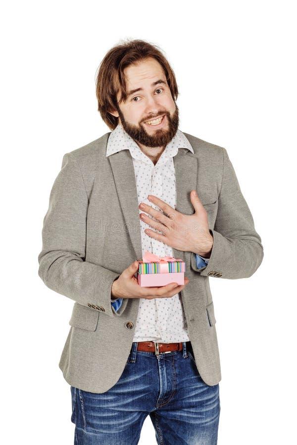 Portrait d'homme barbu ouvrant un cadeau de surprise dans des WI d'une boîte de rose photographie stock libre de droits