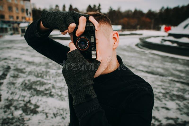 Portrait d'homme bel élégant avec l'appareil-photo photographie stock