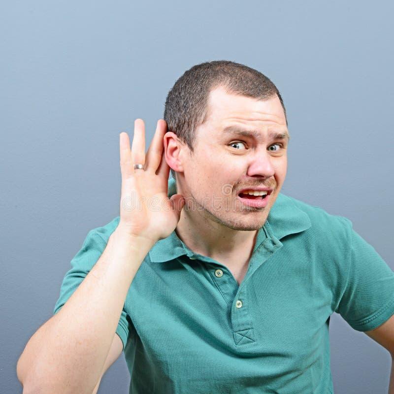 Portrait d'homme bel ?coutant secr?tement sur l'entretien priv? photo stock