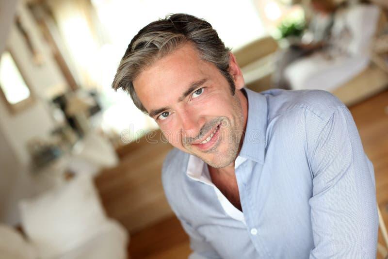 Portrait d'homme bel de sourire à la maison photos libres de droits