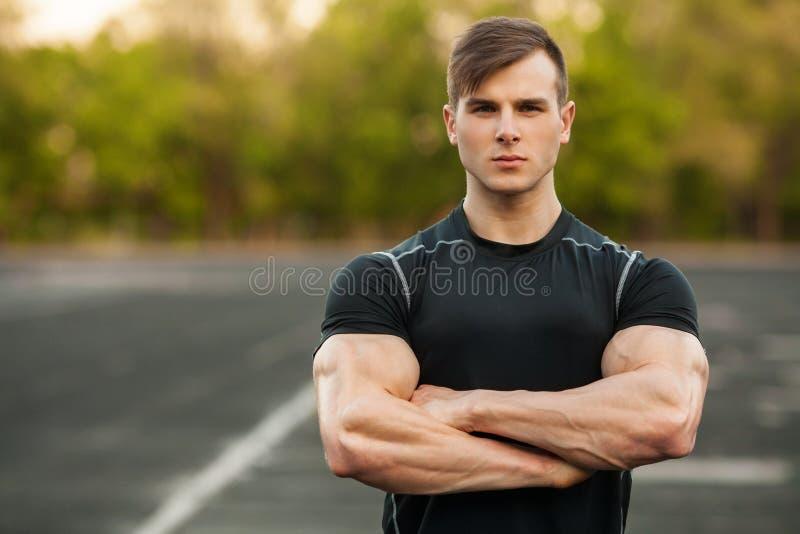 Portrait d'homme bel de sports dans les vêtements de sport extérieurs Extérieur masculin sportif photographie stock