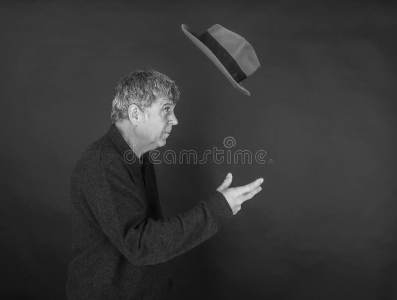 Portrait d'homme bel semblant frais avec le chapeau de vol images stock