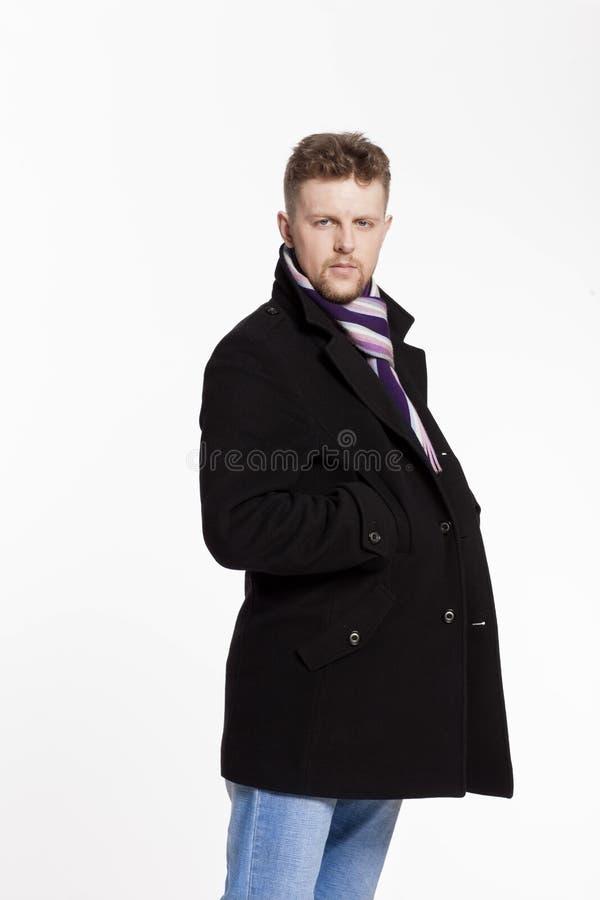 Portrait d'homme blond élégant bel dans les lunettes de soleil et un manteau images stock