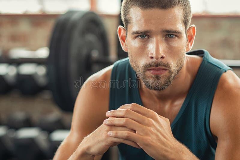 Portrait d'homme déterminé au gymnase images stock