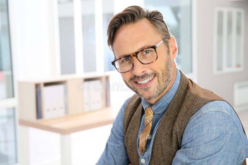 Portrait d'homme d'affaires élégant bel image stock