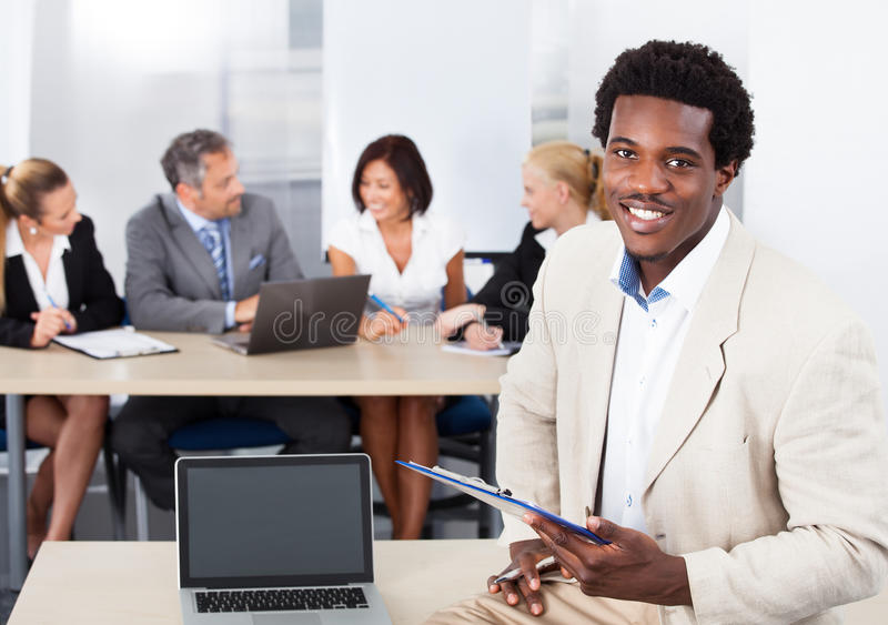 Portrait d'homme d'affaires africain heureux images libres de droits