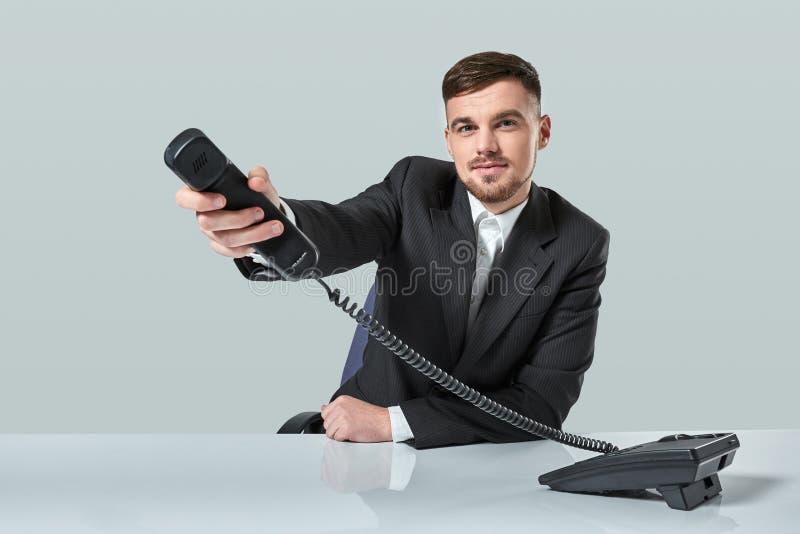 Portrait d'homme d'affaires attirant tenant le téléphone dans sa main Cet appel est pour vous concept images libres de droits