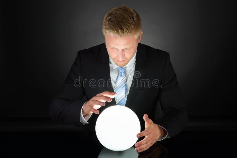 Portrait d'homme d'affaires avec de la boule de cristal photographie stock