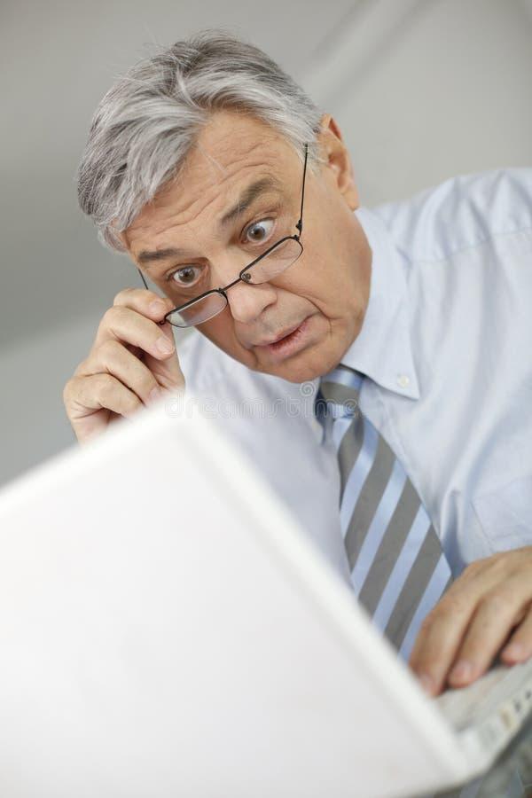 Portrait d'homme d'affaires avec le regard étonné photo stock