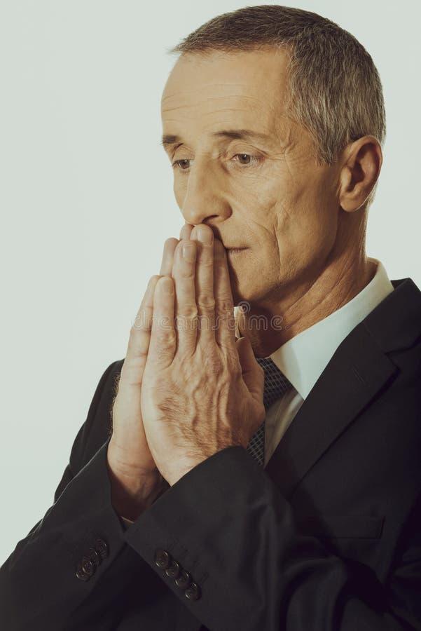 Portrait d'homme d'affaires avec les mains serrées photographie stock