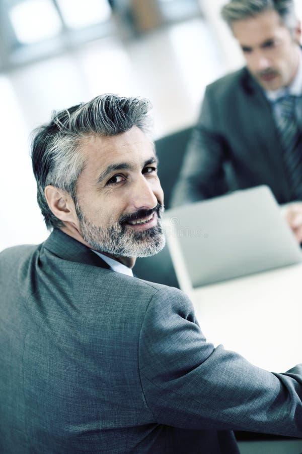 Portrait d'homme d'affaires bel lors de la réunion photo stock