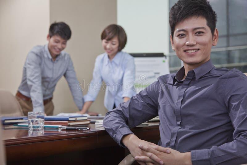 Portrait d'homme d'affaires de sourire image stock