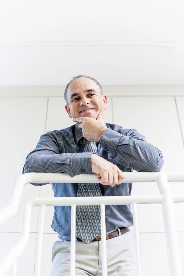Portrait d'homme d'affaires heureux réussi dans le bureau photographie stock libre de droits
