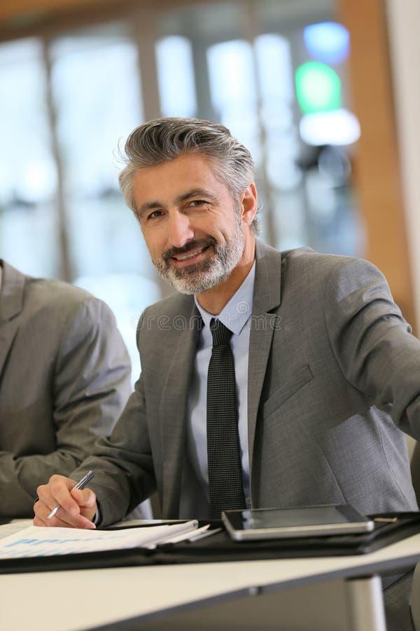 Portrait d'homme d'affaires mûr au travail photos stock