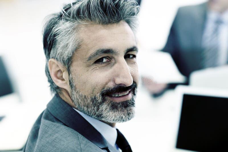 Portrait d'homme d'affaires mûr travaillant sur l'ordinateur portable images libres de droits