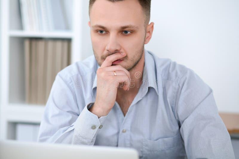 Portrait d'homme d'affaires se reposant au bureau dans le lieu de travail de bureau photo stock