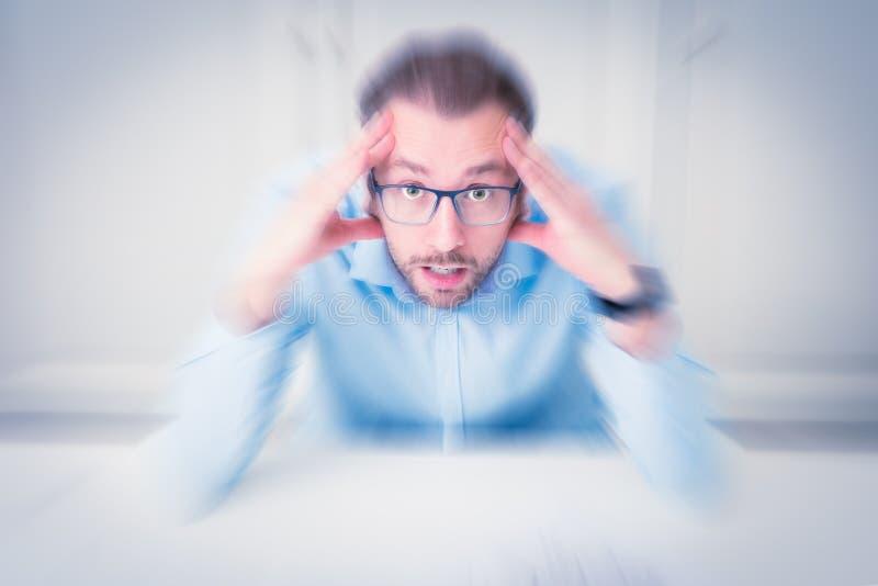 Portrait d'homme d'affaires soumis à une contrainte avec des mains sur sa tête photographie stock libre de droits