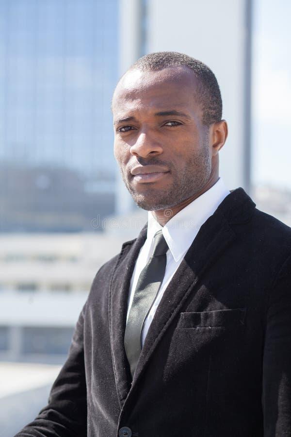 portrait d'homme d'affaires sur le fond de gratte-ciel image libre de droits