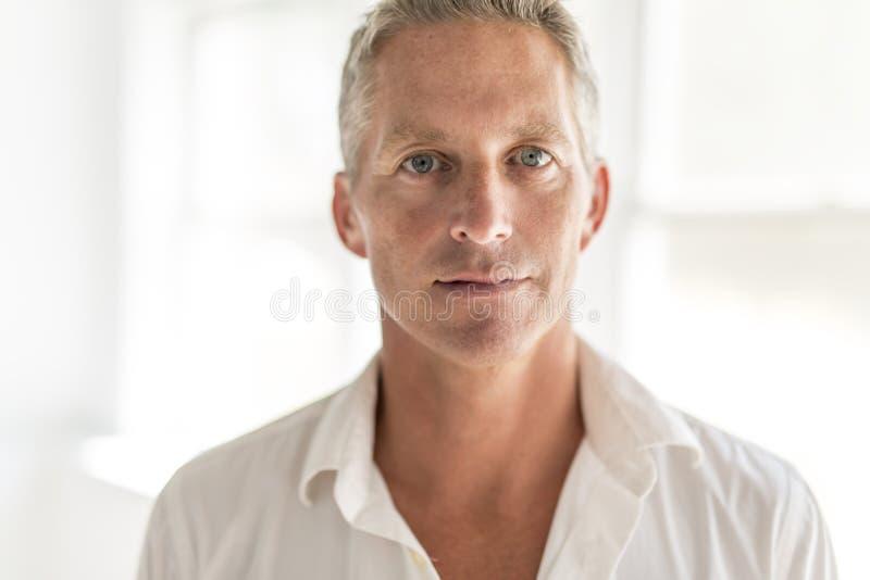 Portrait d 39 homme de 40 ans attirant image stock image du for Cocinar para 40 personas