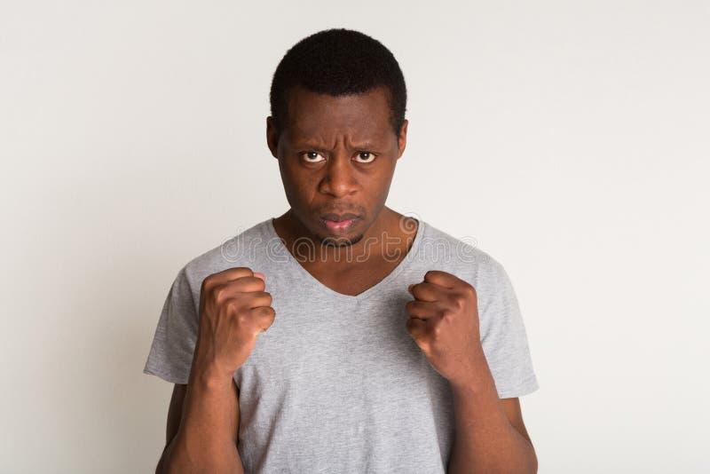 Portrait d'homme de couleur bel restant comme un boxeur photo libre de droits