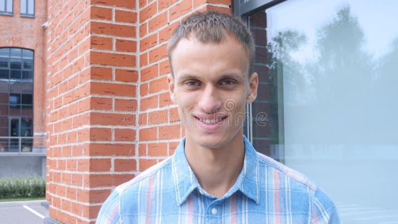 Portrait d'homme de sourire en dehors de bureau photos libres de droits
