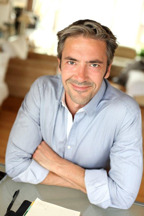 Portrait d'homme de sourire se reposant à la maison photo libre de droits