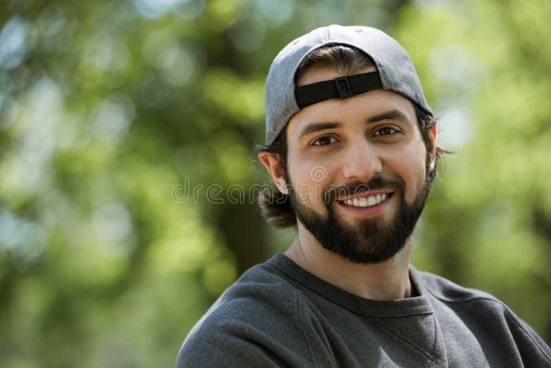 portrait d'homme de sourire sur brouillé photo stock