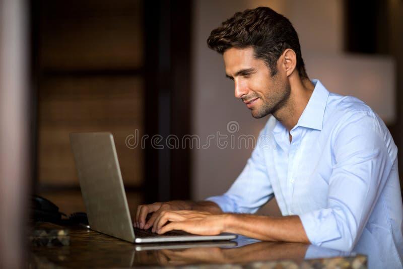 Portrait d'homme de sourire travaillant sur l'ordinateur portable images libres de droits
