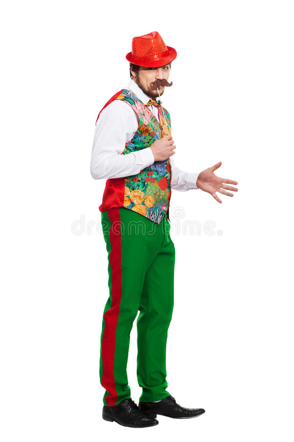 Portrait d'homme drôle tenant la fausse moustache dessus photos stock