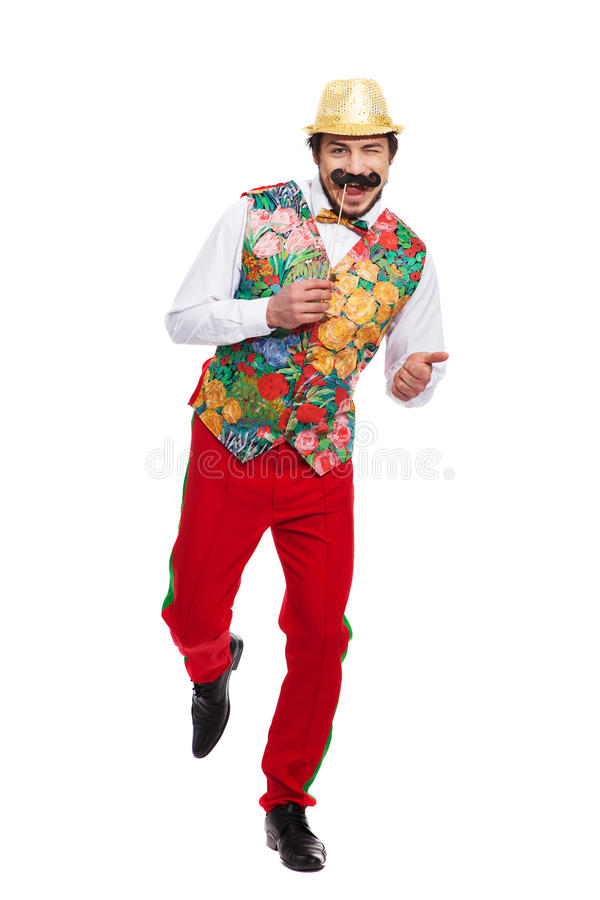 Portrait d'homme drôle tenant la fausse moustache dessus image stock