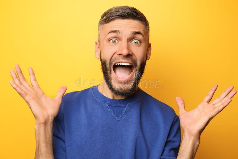 Portrait d'homme enthousiaste sur le fond de couleur images stock