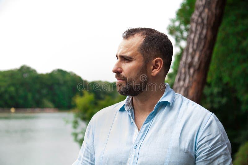 Portrait d'homme extérieur photo stock