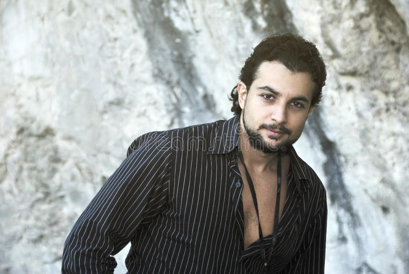 Portrait d'homme gitan avec la chemise image libre de droits