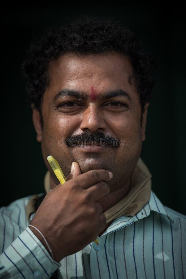 Portrait d'homme indien sur le marché local de matin chez Hospet, Karnata photographie stock
