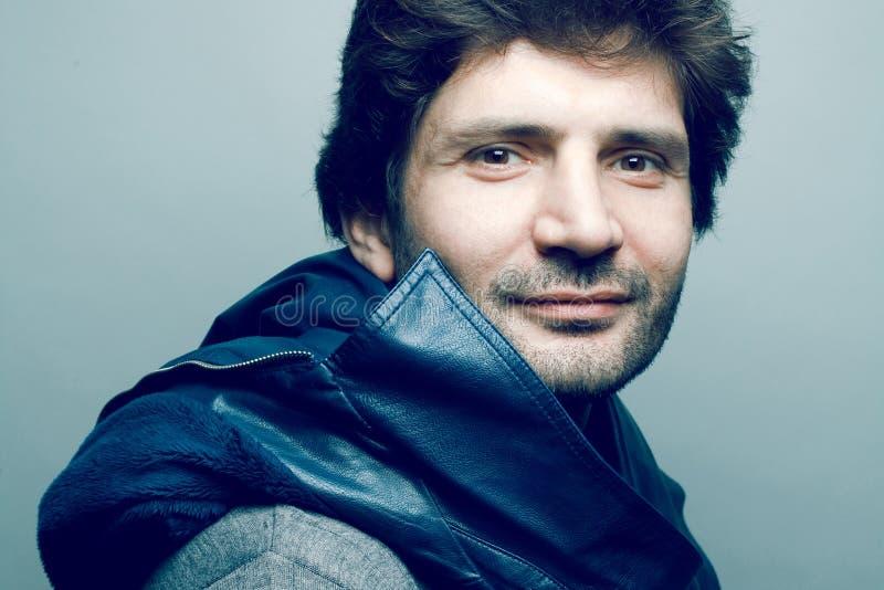 Portrait d'homme mûr bel à la mode de sourire photographie stock libre de droits
