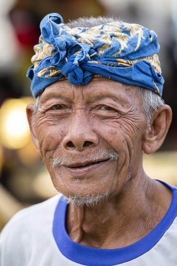 Portrait d'homme non identifié sur le marché local de l'île de Bali, Indonésie photo stock