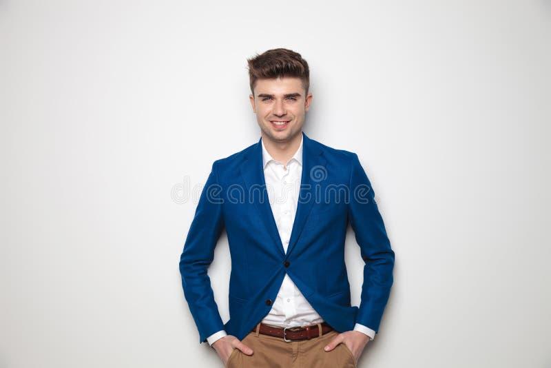 Portrait d'homme occasionnel futé heureux avec des mains dans des poches images libres de droits
