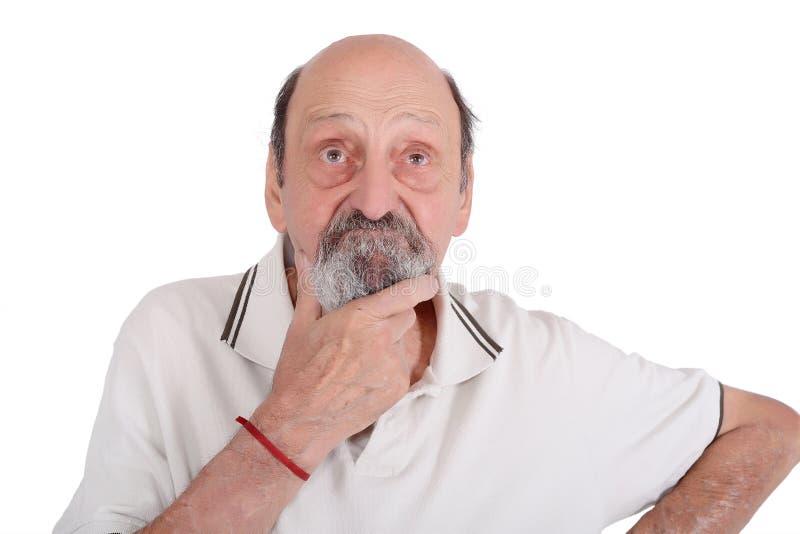 Portrait d'homme plus âgé pensant sur quelque chose image libre de droits