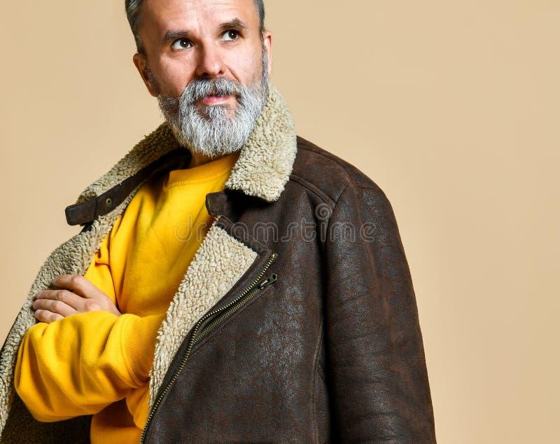 Portrait d'homme riche élégant d'aîné avec une barbe et de moustache dans un manteau en cuir d'hiver photo stock