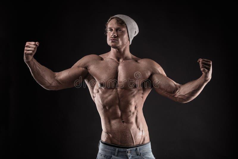 Portrait d'homme sportif fort de forme physique au-dessus de fond noir photographie stock