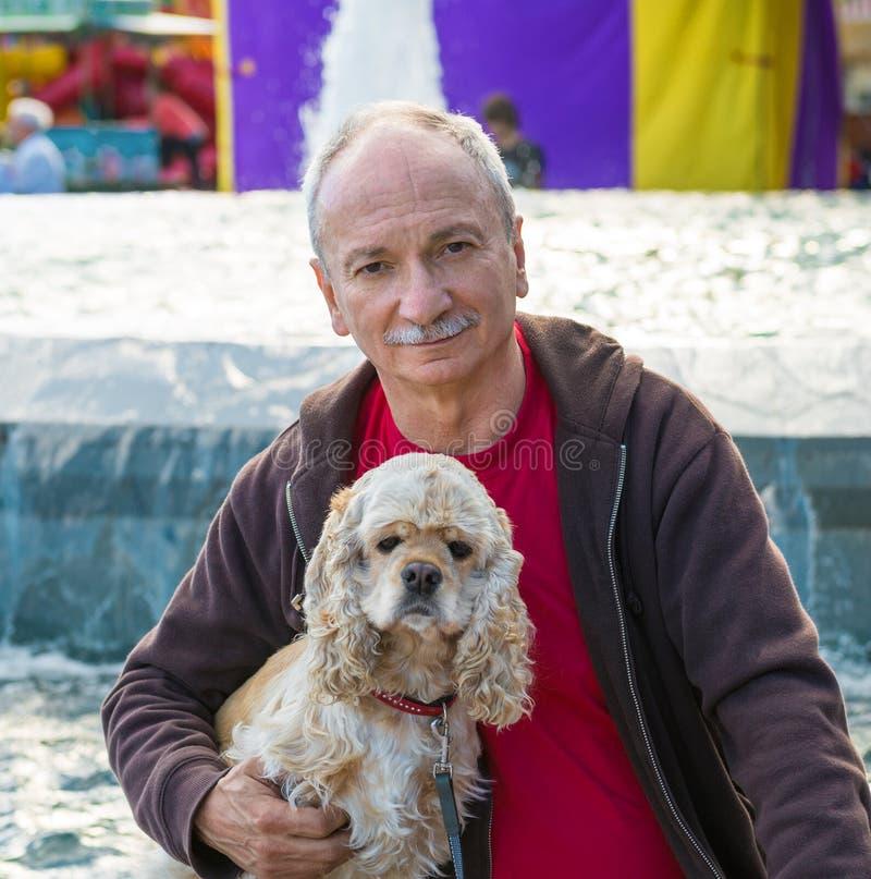 Portrait d'homme supérieur avec un chien photos stock